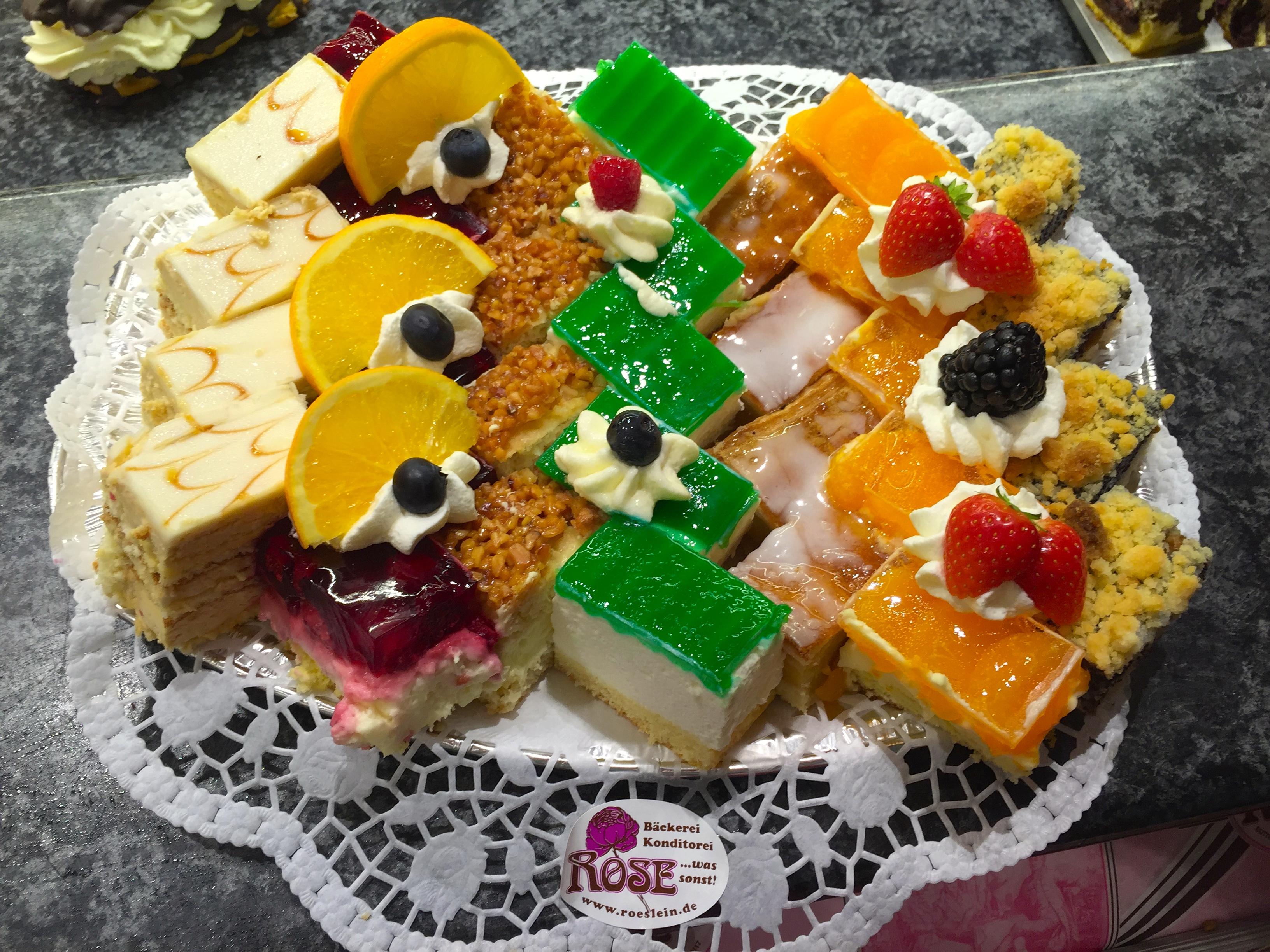 Bunte Kuchenplatte Bäckerei Rose Weimar